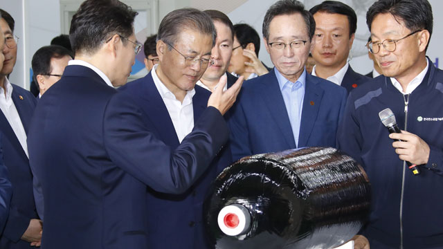 Moon Visits Local Carbon Fiber Producer Amid Japan's Trade Restrictions