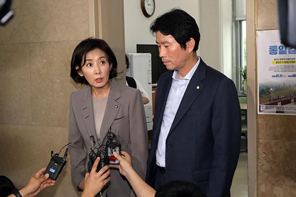 曺国氏を法務部長官に任命 与野党の対立鮮明に