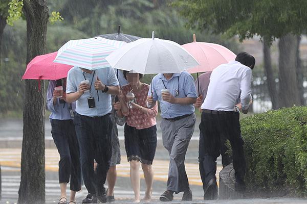 Lluvia y viento en todo Corea por influencia del tifón Lingling