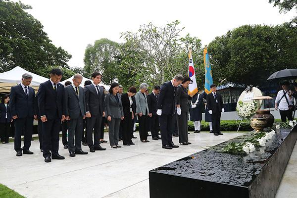 Präsident Moon besucht Denkmal für koreanische Opfer von Bombenanschlag in Yangon