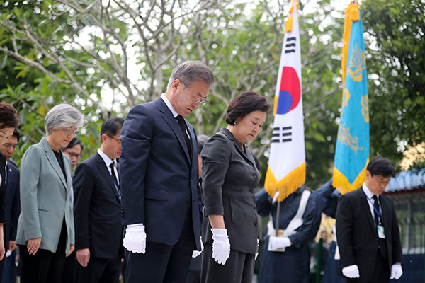 Pres. Moon Pays Homage to S. Koreans Killed in 1983 Yangon Bombing