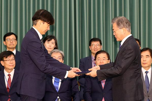51%韩国民众对文在寅将曹国任命为法务部长官给予负面评价