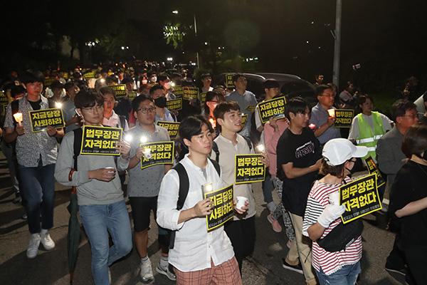 曺国法務部長官任命 母校ソウル大学で反対デモ
