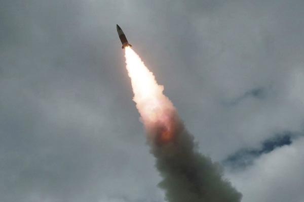 كوريا الشمالية تطلق قذيفتين مجهولتيْ الهوية نحو البحر الشرقي
