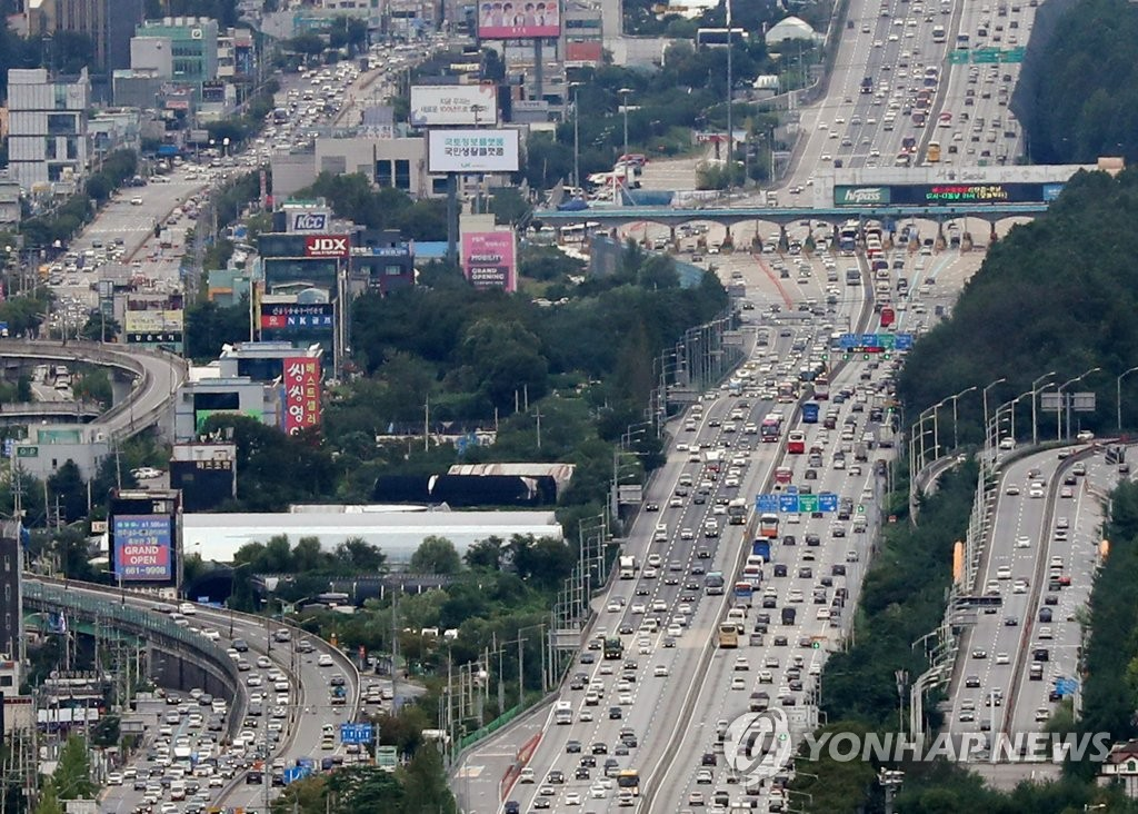 Traffic Builds up on First Day of Chuseok Holiday