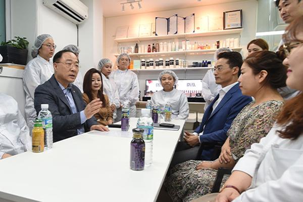 """홍남기 """"299인 이하 기업 52시간제 적용 대응방향 재점검"""""""