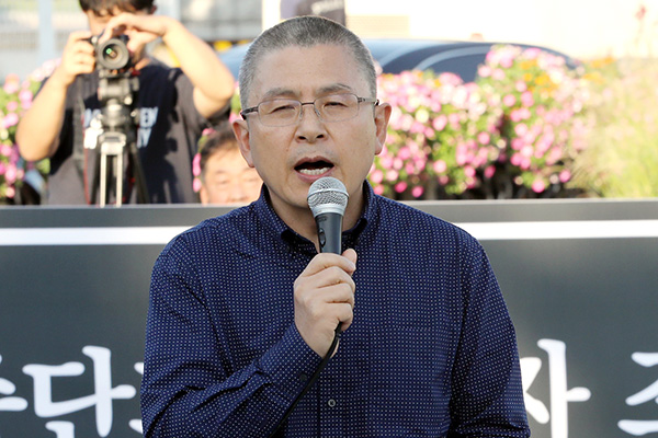 Opposition Leader Hwang Kyo-ahn Shaves Head Urging the Dismissal of Justice Minister