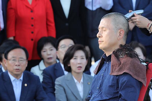 Chủ tịch đảng Hàn Quốc tự do xuống tóc đòi Bộ trưởng Tư pháp từ chức