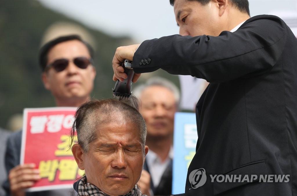 حزب المعارضة الرئيسي يواصل احتجاجاته بحلق الرأس ضد تعيين وزير العدل