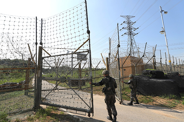 'DMZ 평화의 길' 파주·철원구간 잠정 폐쇄…돼지열병 방역 총력