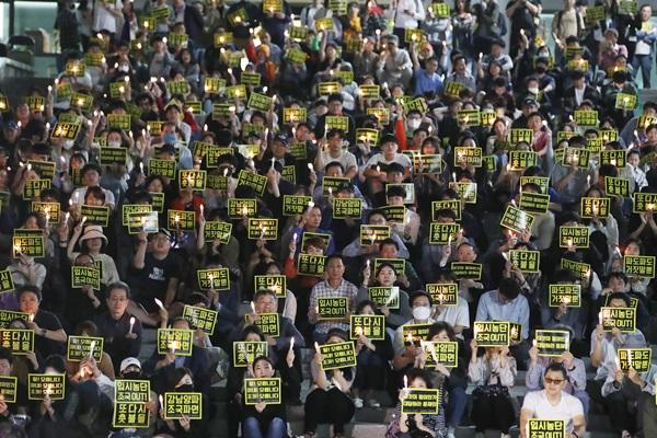طلاب الجامعات ينظمون مسيرة على ضوء الشموع ضد وزير العدل