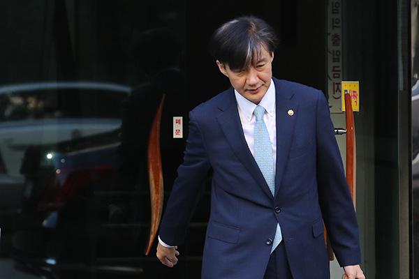 韩检方对曹国私宅进行查抄调查
