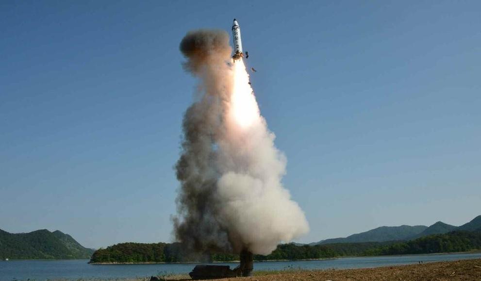 Pyongyang lanza un misil balístico submarino tras acceder a reanudar el diálogo