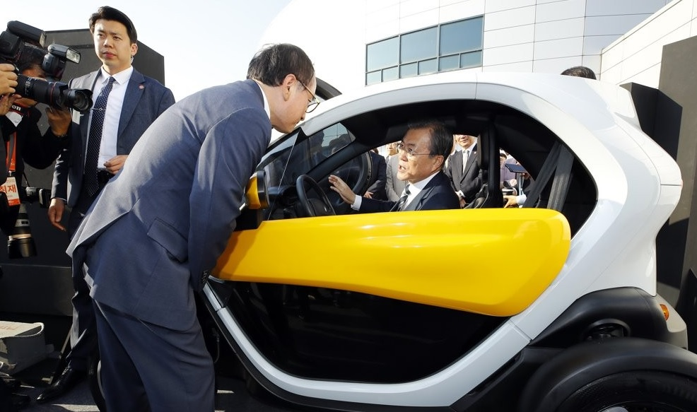 Moon Unveils Vision for Future Cars at Hyundai Motor Center