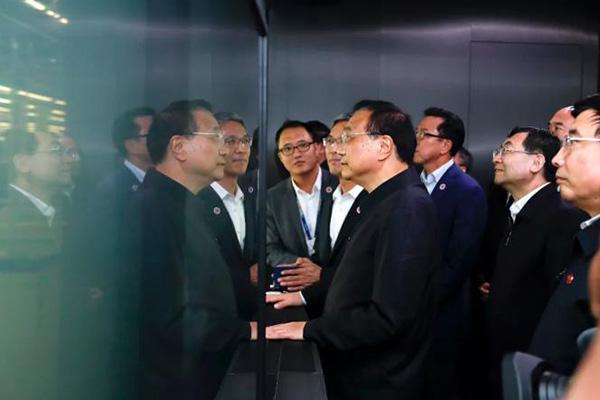 رئيس مجلس الدولة الصيني يزور مصنع سام سونغ في مدينة شيان