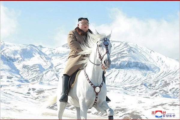 Chủ tịch Bắc Triều Tiên cưỡi ngựa lên thăm núi Baekdu