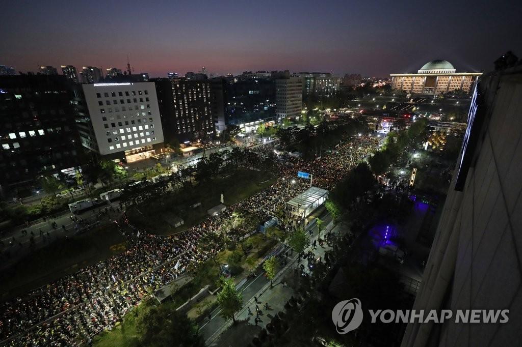 Manifestation à la bougie en faveur de la réforme du Parquet organisée devant le Parlement