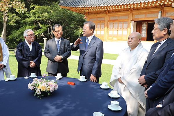 الرئيس الكوري يدعو  القادة الدينيين إلى دعم التوافق الوطني