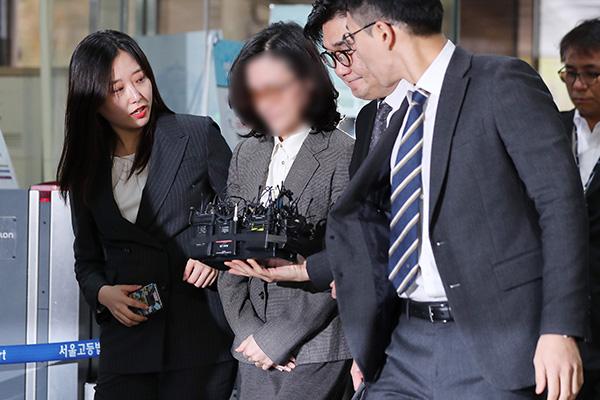 احتجاز زوجة وزير العدل السابق
