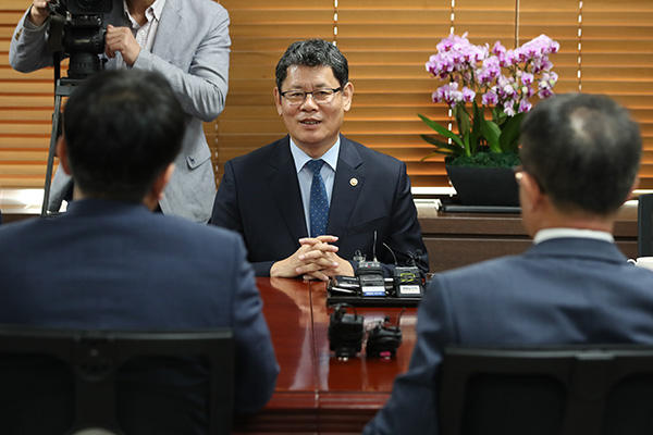 Unification Minister Meets Mt. Geumgang Tour Operators following N. Korean Removal Request