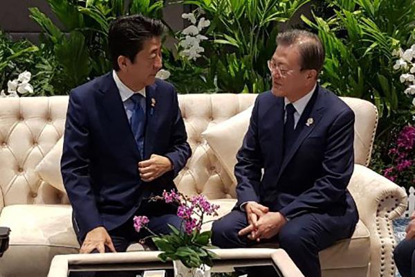 Moon y Abe mantienen un breve encuentro bilateral
