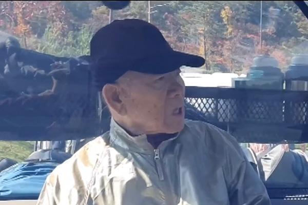 Chun Doo-hwan : prétextant la démence pour éviter son procès, il est filmé sur un terrain de golf