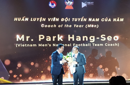Park Hang-seo Receives AFF Coach of the Year Award