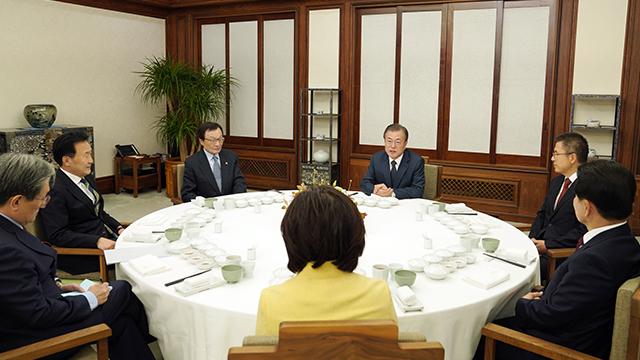 Moon Jae In se reúne con los líderes de los cinco principales partidos políticos