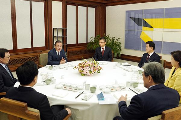 文在寅和朝野5党代表举行晚餐会