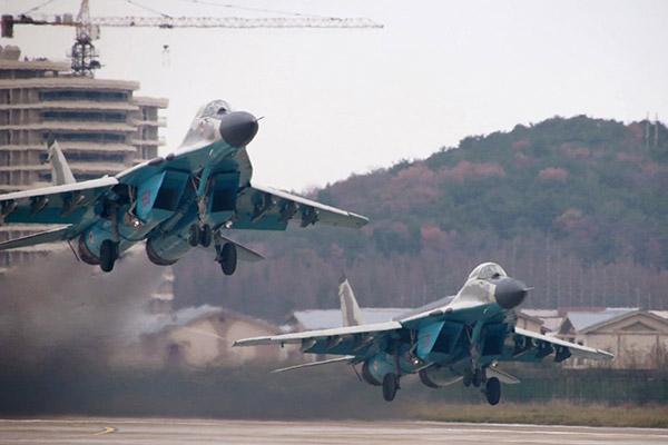 Bắc Triều Tiên trình diễn kỹ thuật bay chiến đấu của các máy bay quân sự