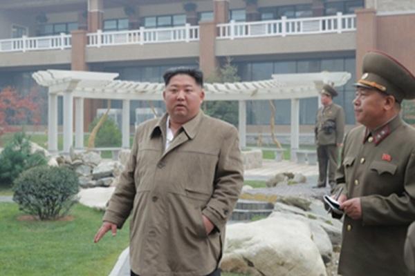 Kim Jong-un assiste à une manœuvre d'avions de combat