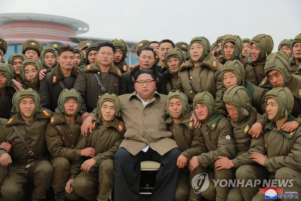 كيم جونغ أون يشرف على عرض جوي لطائرات عسكرية