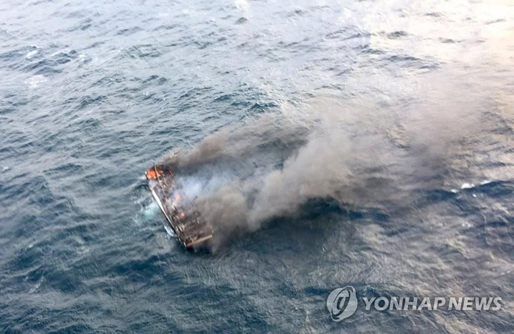 Elf Seeleute nach Feuer auf Fischfangschiff vor Jeju vermisst
