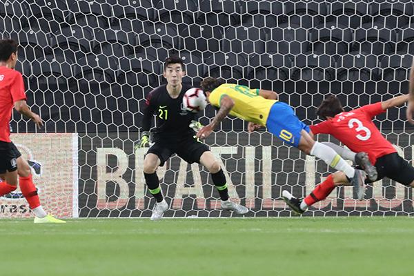 サッカー韓国代表 ブラジルに0対3で完敗