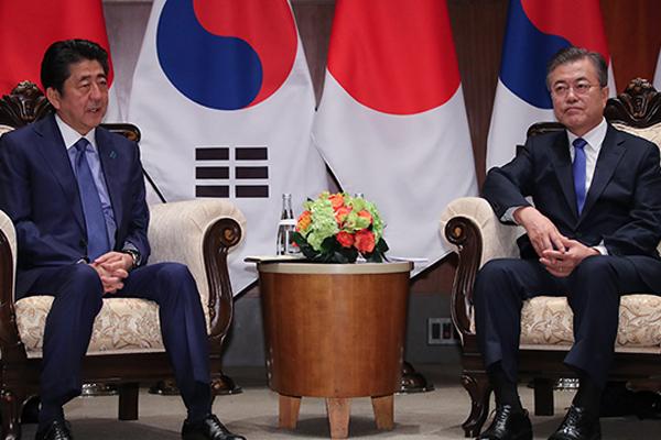 Abe stellt Gipfeltreffen mit Präsident Moon Ende Dezember in Aussicht