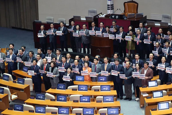 Parliament in Turmoil over LKP's Filibuster Attempt