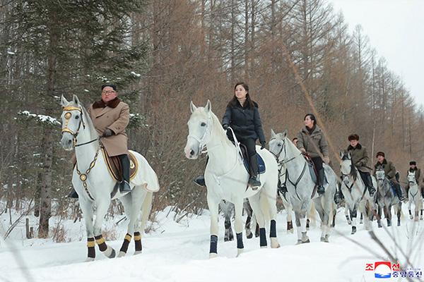 Kim Jong-un retourne au mont Baekdu à cheval