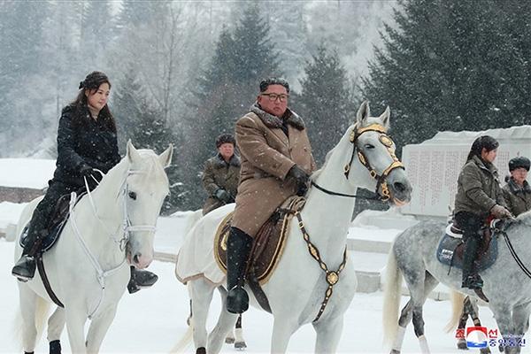 金委員長が軍馬で白頭山登頂 「新たな道」の示唆か