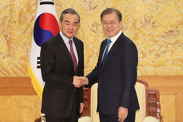 Moon conversa con Wang Yi sobre cooperación en seguridad y economía