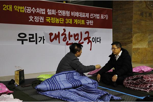 황교안, 본회의장 앞 무기한 농성…민주, 13일 선거법 상정