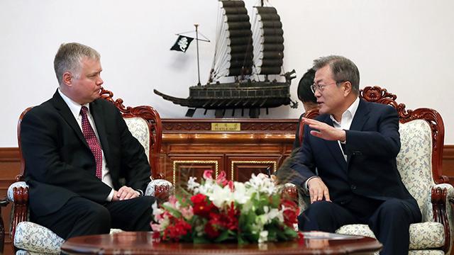 Pres. Moon to Meet US Nuke Envoy Monday