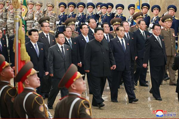 كيم جونغ أون يزور قصر الشمس بمناسبة الذكرى الثامنة لوفاة والده