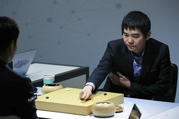 بطل لعبة غو الكوري يفوز بالجولة الأولى في مباراة الاعتزال