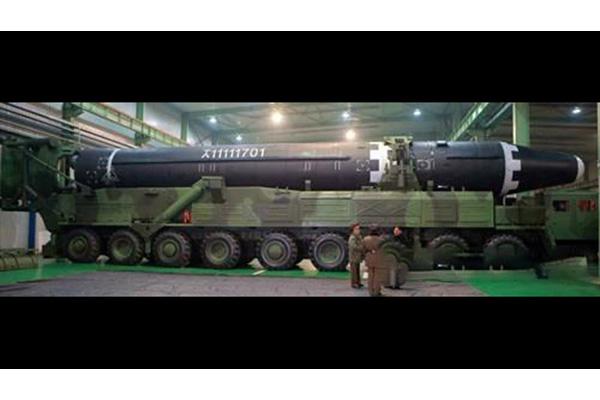 """Hãng tin Kyodo: """"Chủ tịch Kim Jong-un đã chỉ thị sản xuất đại trà xe chuyên chở kiêm bệ phóng di động tháng 2 năm 2018"""""""