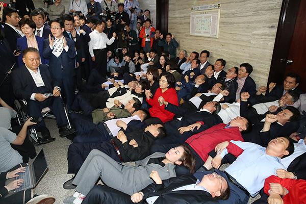 مجموعة من نواب البرلمان من الحزبين الحاكم والمعارض الرئيسي تحت لائحة الاتهام
