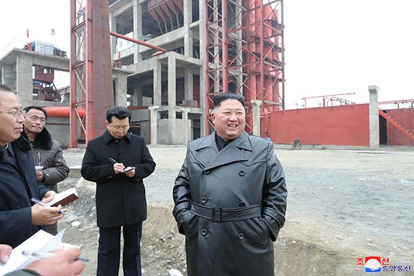 金正恩视察肥料厂建设现场 强调自力更生