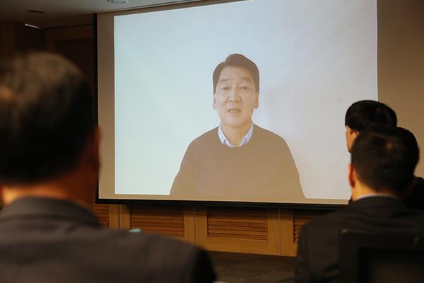 المرشح الرئاسي السابق آن تشول سو ينأى بنفسه عن المعسكر المحافظ