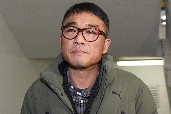 """'성폭행 혐의' 12시간 경찰 조사 받은 김건모, """"모든 혐의 부인"""""""