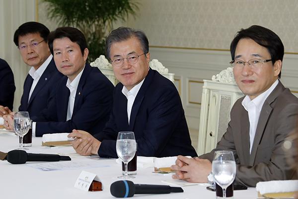 문대통령, 17일 여당 원내지도부 만찬…개혁·민생법안 처리격려