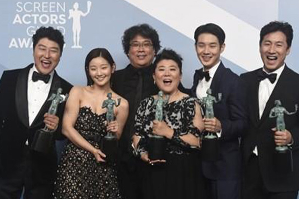 فيلم الطفيلي الكوري أول فيلم أجنبي يفوز بجائزة نقابة ممثلي الشاشة الأمريكيين
